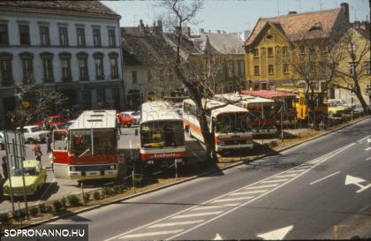 Autóbuszok a régi piac helyén kialakított parkolóban