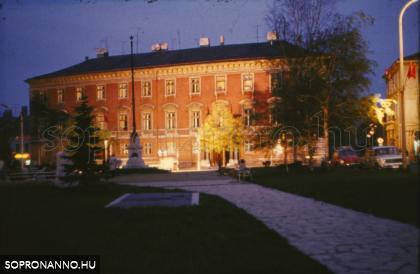 A Széchenyi-palota esti fényben