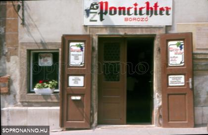 A Poncichter borozó bejárata