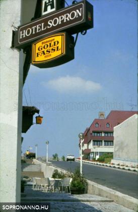 Söröző cégére, háttrében a Hotel Sopron