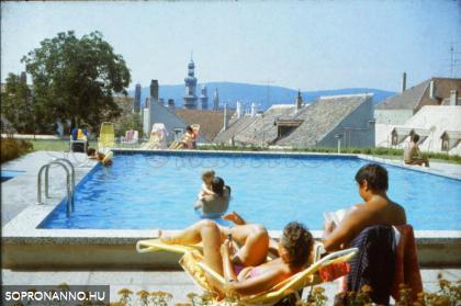 Kilátás a Hotel Sopron medencéjének partjáról a városra