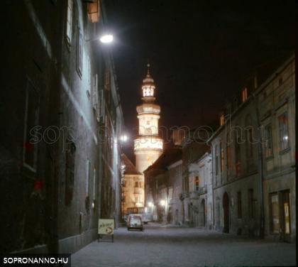 A Kolostor utca a Tűztoronnyal éjjel