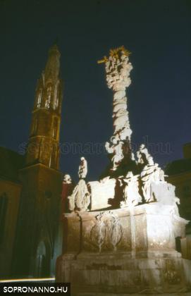 A Szentháromság-szobor éjjel