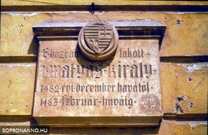 Mátyás király emléktáblája a Storno-ház falán