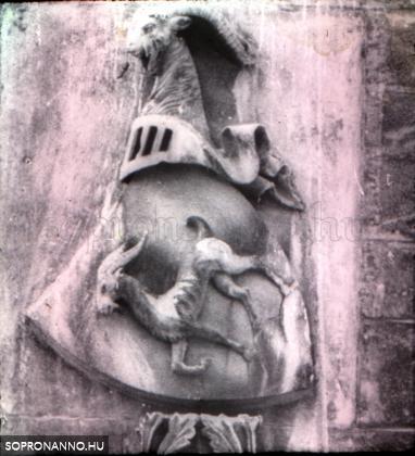 Címer a templom falán