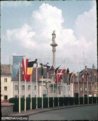 A Mária-szobor a zászlókkal