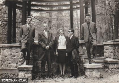 Tanárok a Zenepavilonnál
