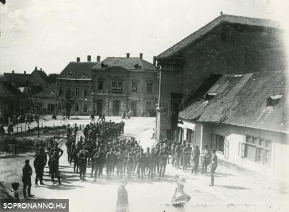 Temetési menet a Sas téren - Várakozó katonák