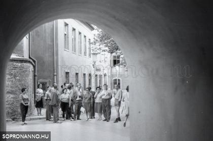 Turisták az Előkapuban