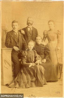 Schöberl Felix és Kinzl Anna gyermekeikkel 1897-ben