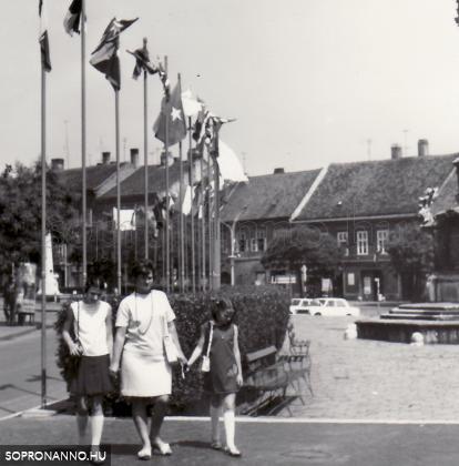 Zászlók a Mária-szobornál