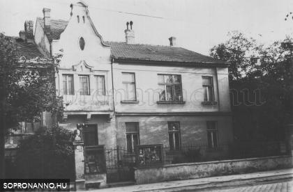 """A """"Lobenwein-ház"""" homlokzata (1944)"""