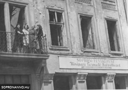 Széchenyi tér 20. Soproni Fényképész Kisipari Termelő Szövetkezet (1951) (Az erkély sarkánál Lobenwein Stefánia)