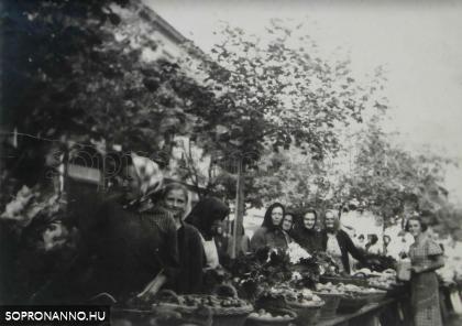 Piac a Kisvárkerületen az 1950-es években