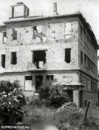 A diákotthon lebombázott épülete