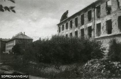 A lebombázott diákotthon, háttérben a későbbi Gépipari Technikum épülete