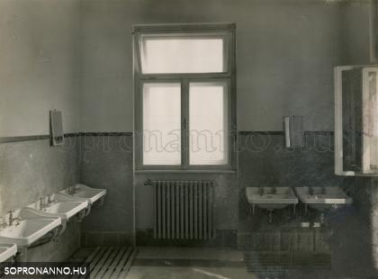A mosdó egy részlete