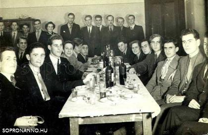 """A IV.B osztály szalagavatója az iskola """"Pepitóriumában"""" (ismeretlen eredetű fotó)"""