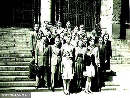 Osztálykiránduláson Budapesten, az Országház lépcsőjén, 1955-ben (Földi Lőrinc fotója, a képen Földiné és két kislányuk is látható)