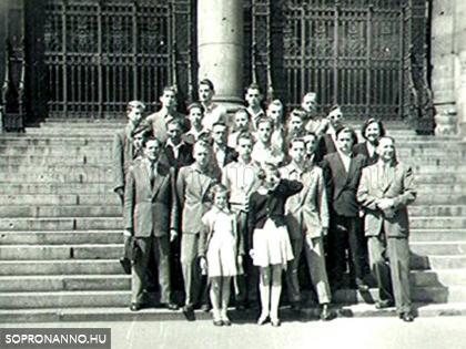 Osztálykiránduláson Budapesten, az Országház lépcsőjén, 1955-ben (Földi Lőrincné fotója, a képen Földi Lőrinc és két kislányuk is látható)