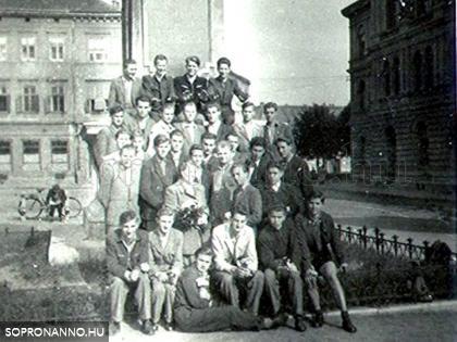 Az osztály tanulói a Széchenyi szobor lábánál (ismeretlen eredetű fotó, valószínűleg 1956 tavaszán)