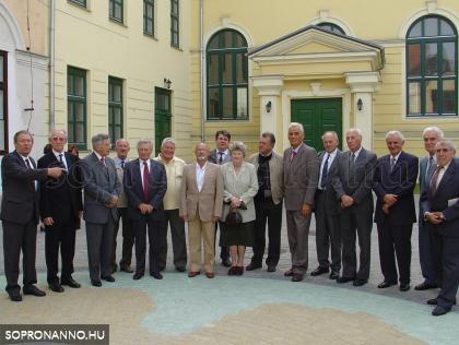 A 2006. évi érettségi találkozó résztvevői (Varga Gyula fotója, aki emiatt nem szerepel a felvételen)