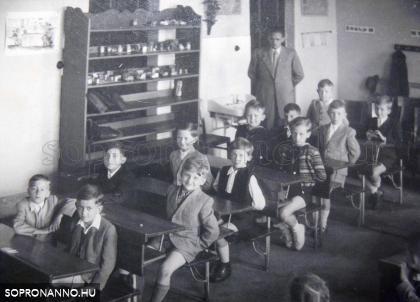 Hammer László és a gyerekek az osztályteremben 1953-ban