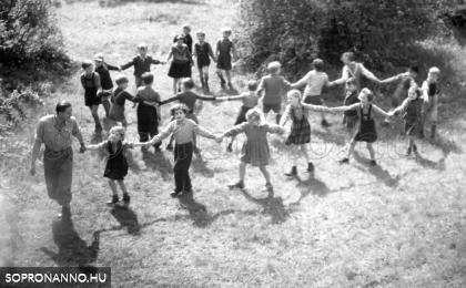 Hammer László kisdiákokkal  1953-ban