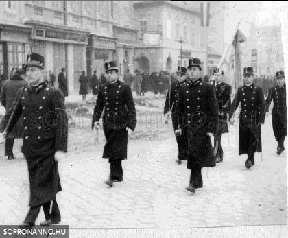 A Várkerületen 1942-ben. A felvonulást Pum Gyula vezeti.
