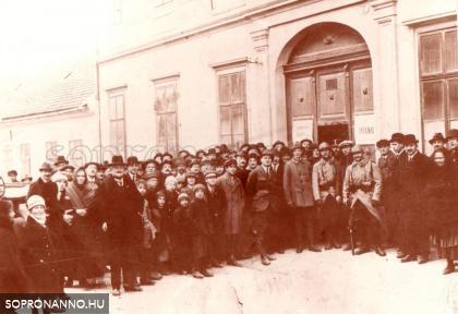 Szavazók a Felsőkereskedelmi iskola előtt