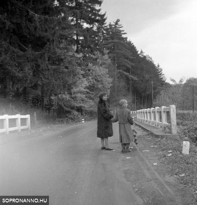 Édesanyámmal az iskola előtt a Brennbergi úton, a Rák-patak hídján.
