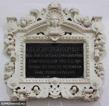 Emléktábla a Roth Gyula Szakgimnázium, Szakközépiskola és Kollégium kapualjában (Szent György utca 9.)