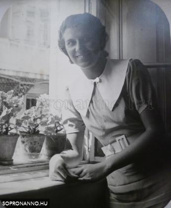 Magda az ablaknál