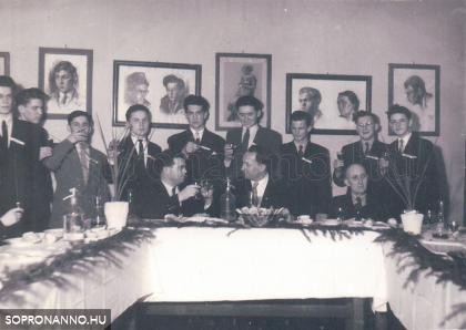 A IV.A szalagavatója a rajz teremben 1958-ban