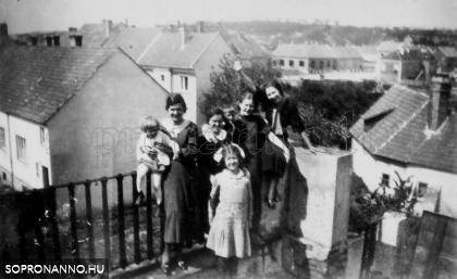 1930-1940 között, az Újteleki utca 14. házhoz tartozott kertben