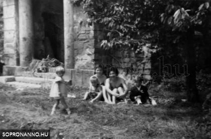 1963 nyár. Napozás az Újteleki utca 14-es ház kertjében