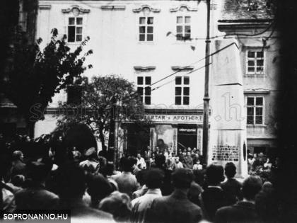 A régi szovjet emlékmű ledöntése