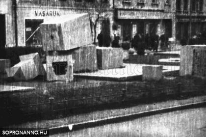 A ledöntött régi szovjet emlékmű darabjai