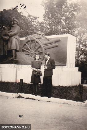 """""""Mátyás király unokájával"""" az ágyús emlékmű előtt"""