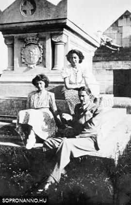 Ostoros György két ismeretlen nő társaságában Nagycenken