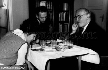 Csatkai Endre látogatóban a szerzőnél Ráckevén 1963-ban. A fotó szerző tulajdona.