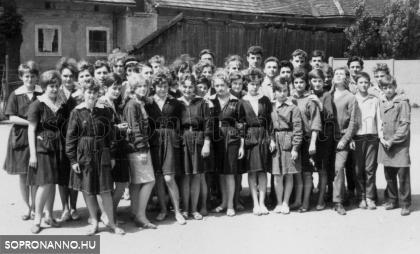 1963. Osztálykép az iskola udvarán 2.
