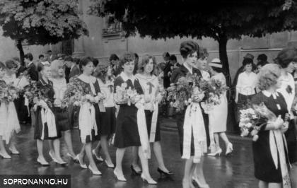 1965. Ballagás az iskola előtt