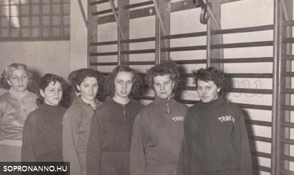 Kék-keristák tornászcsapata 1954-1955-ben. Balról Tóth Antalné Karola néni tornatanárnő, edző, a lányok balról jobbra: ismeretlen, Balogh Erzsébet, ismeretlen, Fekete Éva, Zólomy Katalin.