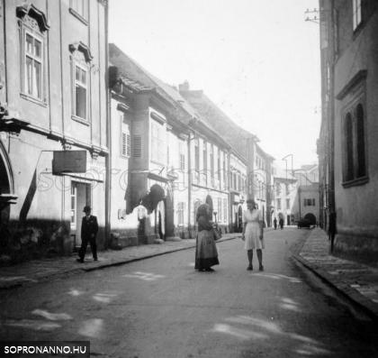 A Kolostor utca a Fő tér felől