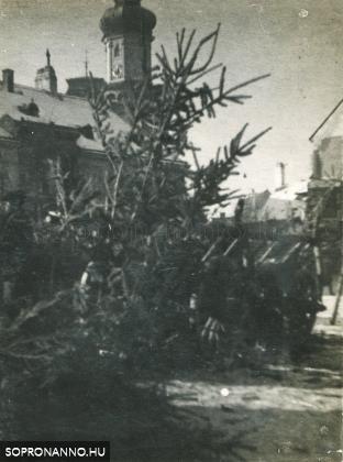 Karácsonyfa vásár az Előkapu előtt