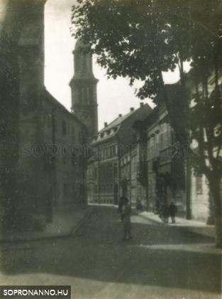 A Templom utca a Fő tér felől