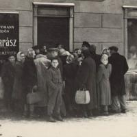 Várakozók a cukrászda előtt egy korábbi felvételen