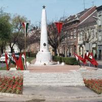 A második szovjet emlékmű zászlókkal
