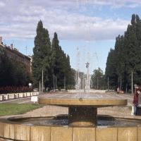 A Deák téri szökőkút háttérben az emlékművel